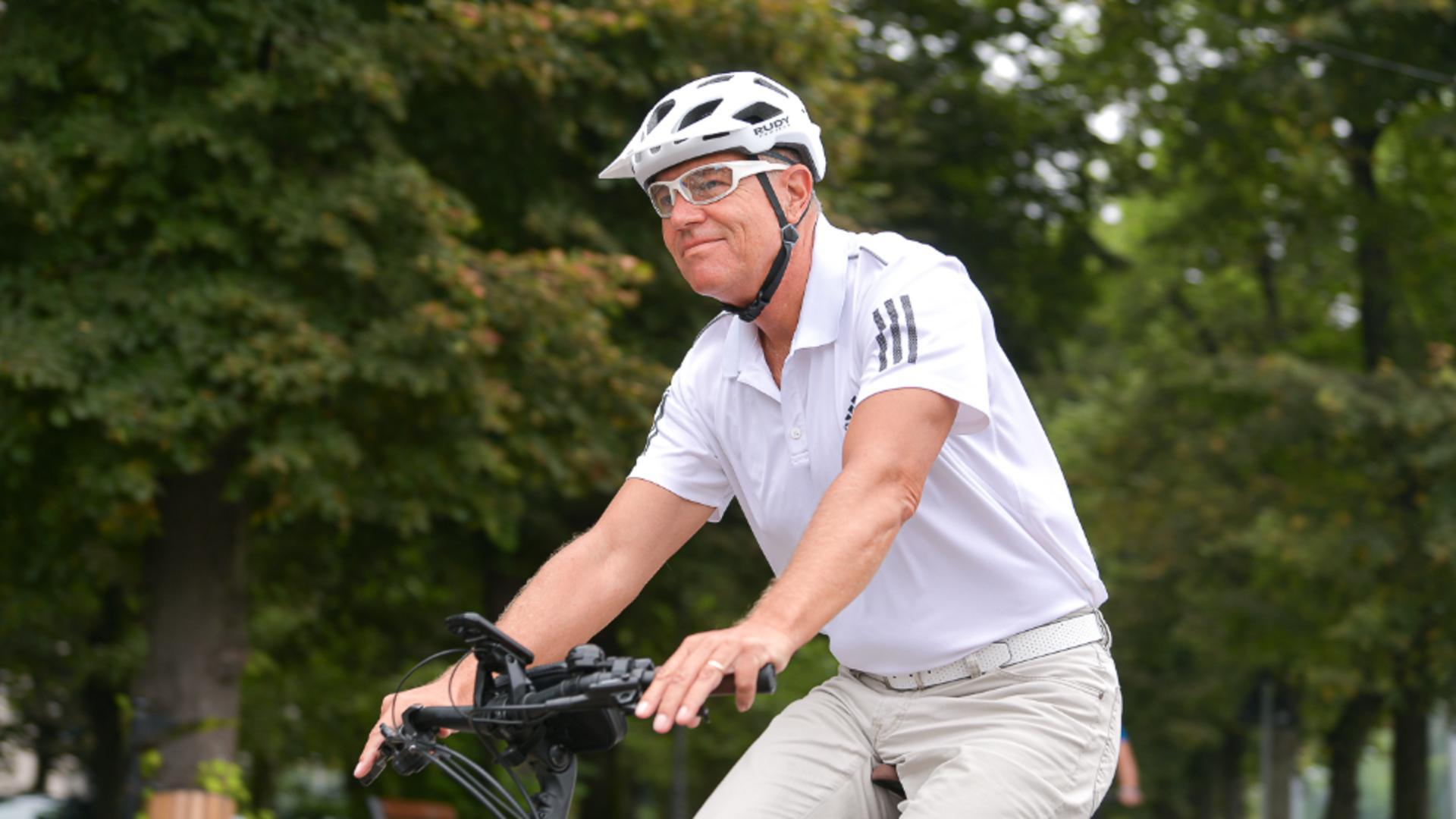 Klaus Iohannis, cu bicicleta spre Cotroceni