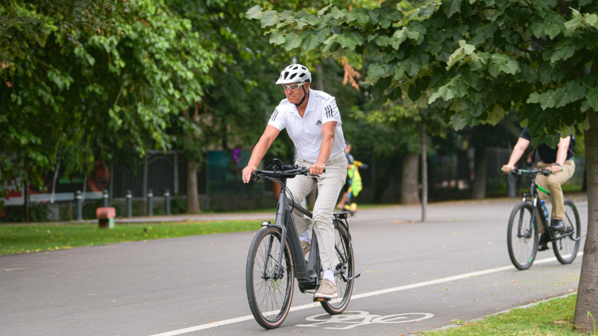 Klaus Iohannis a venit cu bicicleta la birou: Președintele a mers jumătate  de oră de la Vila Lac, la Cotroceni VIDEO
