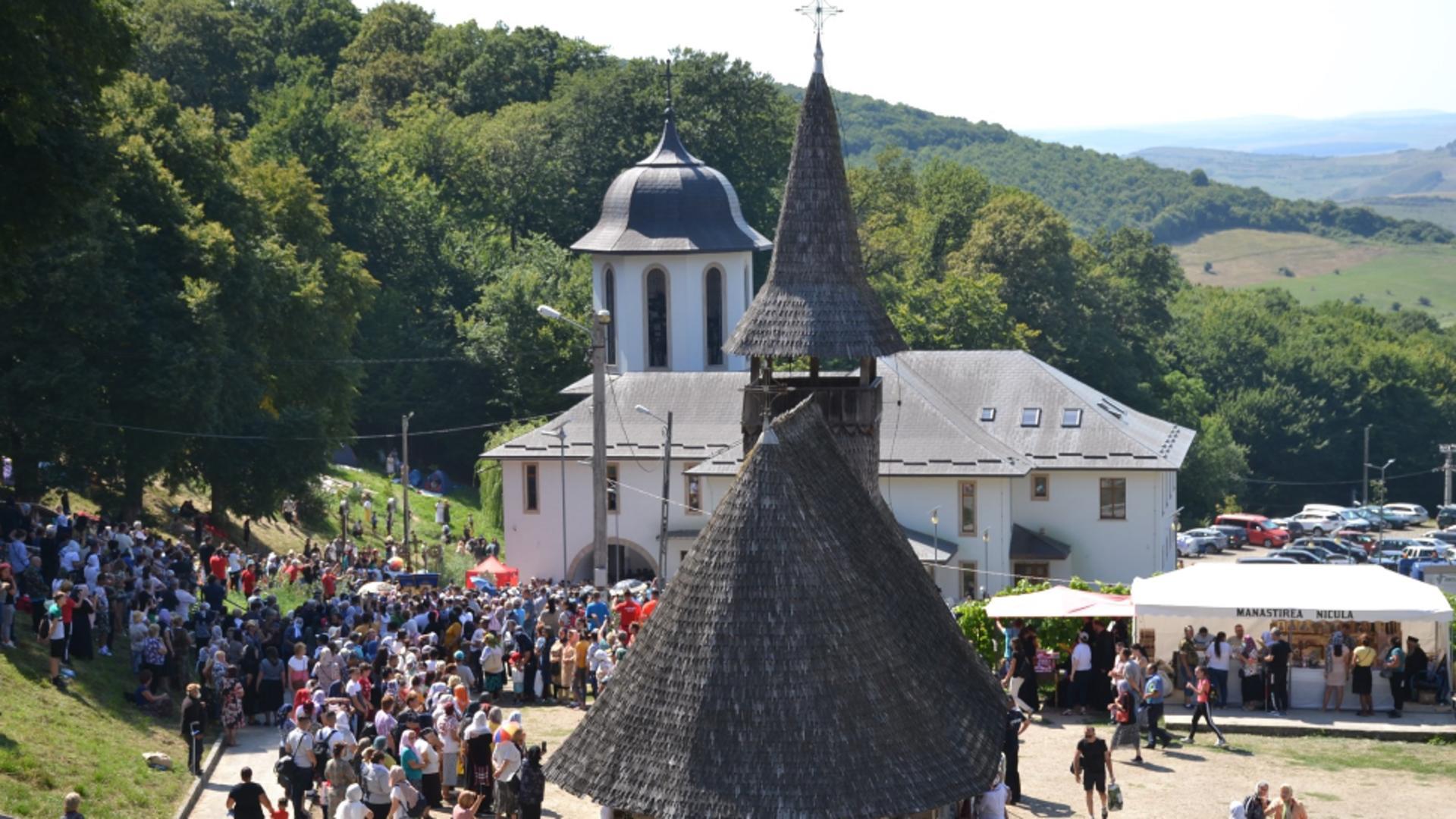 Cel mai mare pelerinaj al verii: MII de oameni, la mânăstirea Nicula, de Sfânta Maria