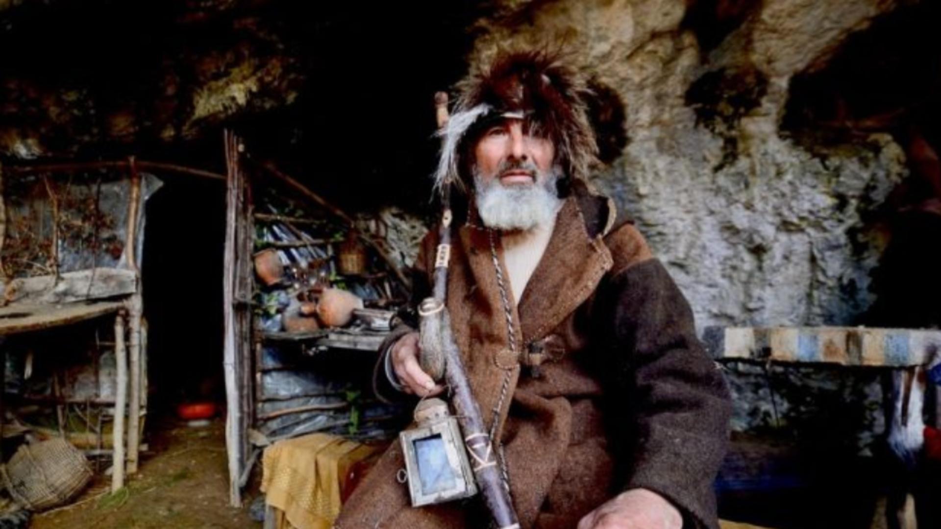 Sârbul Panta Petrovic, retras de 20 de ani în peșteră, s-a vaccinat anti-COVID-19 Foto: Captură video