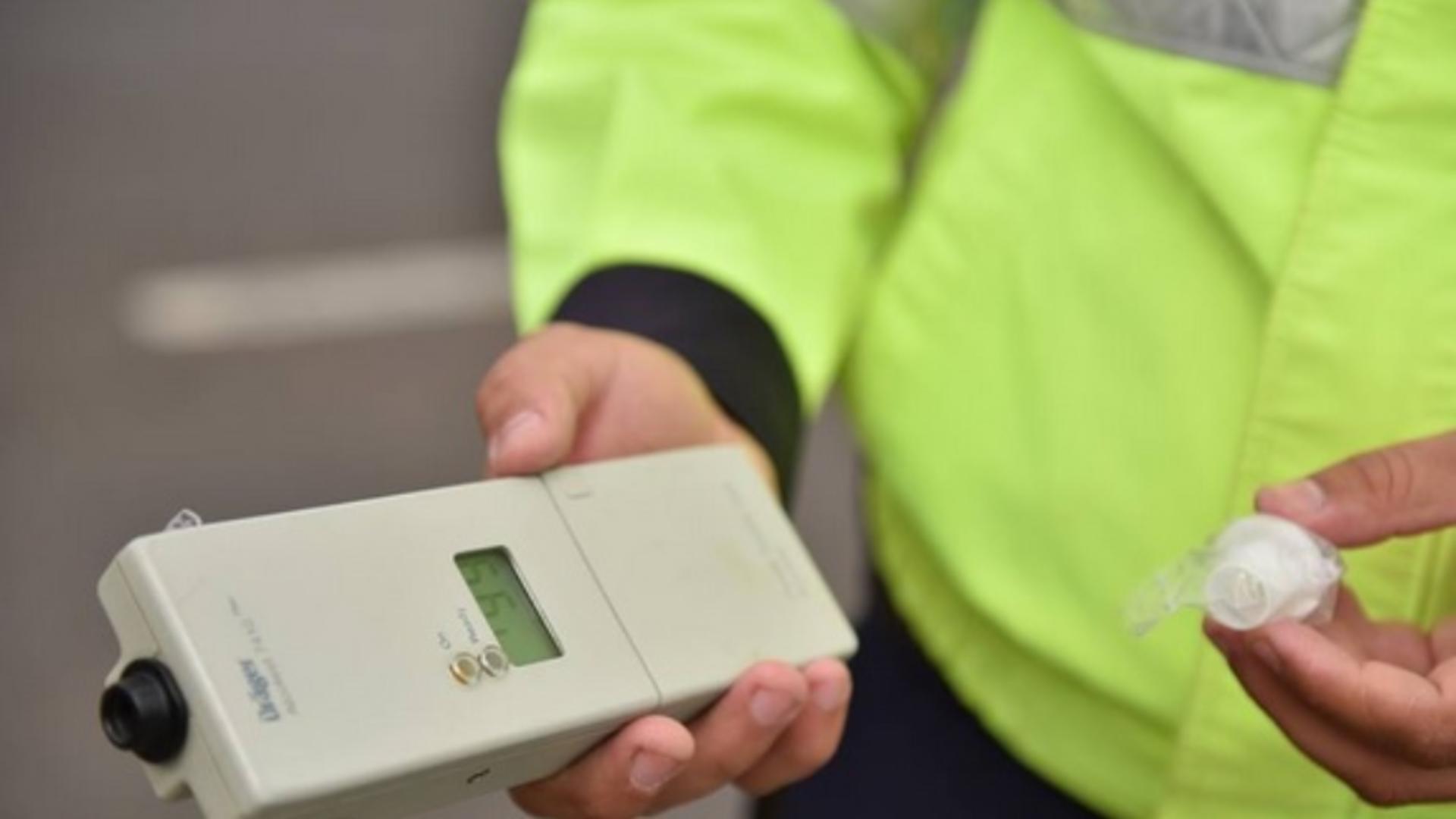 Poliţist cu aparat etilotest pe DN1