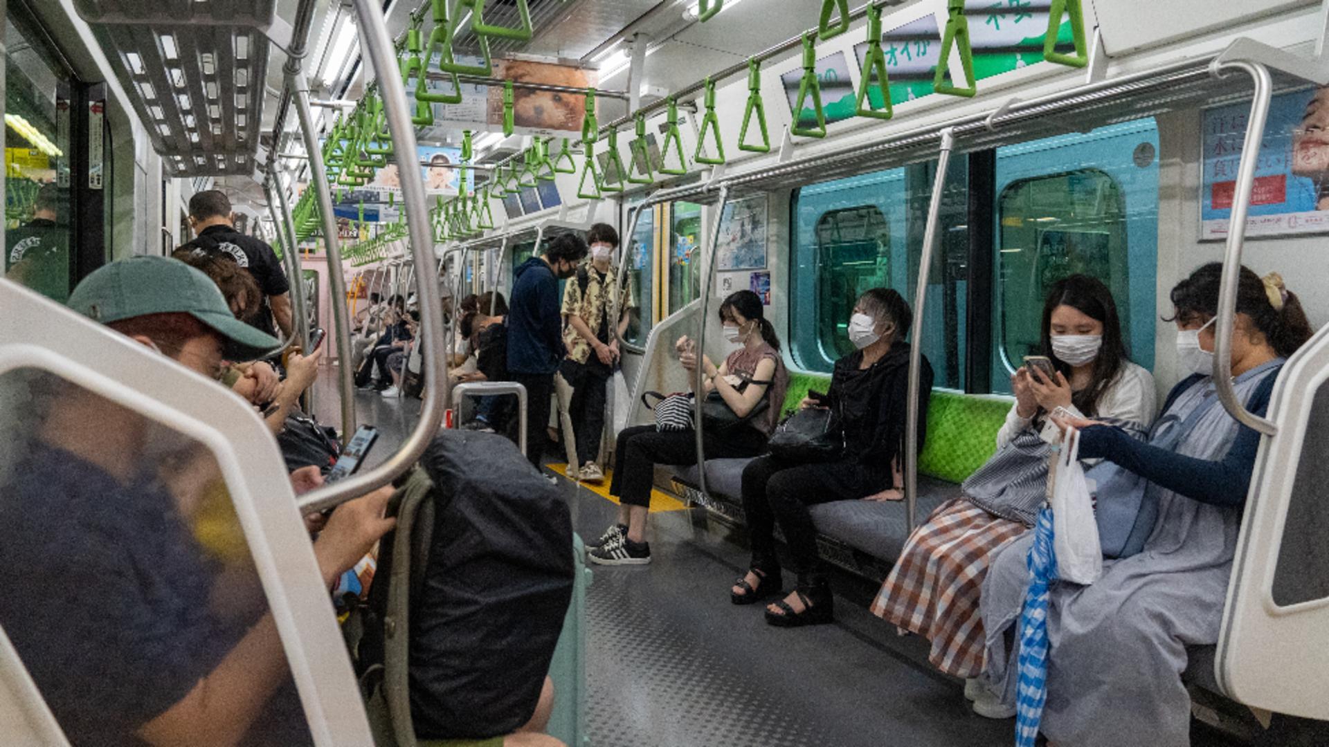 Oameni în metroul din Tokyo / Foto: ProfiMedia