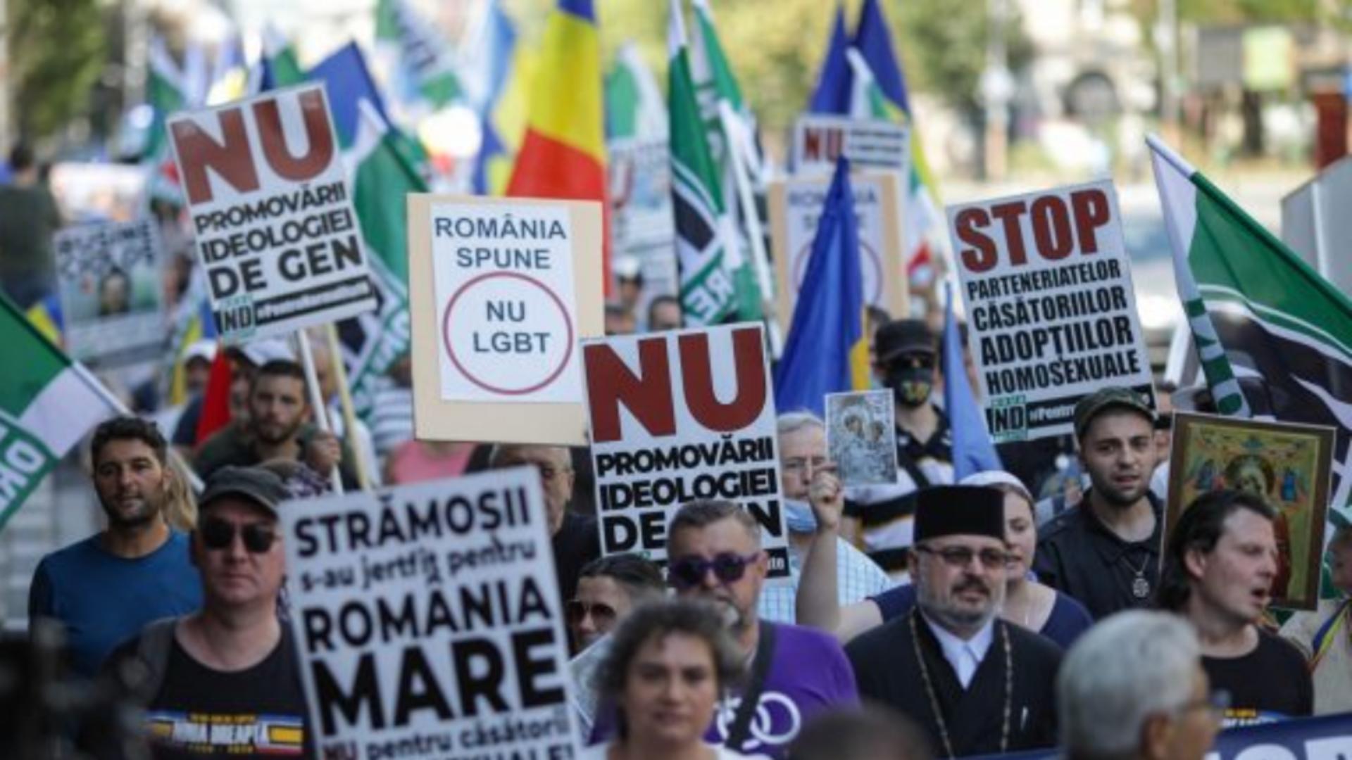 Marșul normalității, la București - SUTE de oameni, militanți pentru familia tradițională Foto: Captură Video