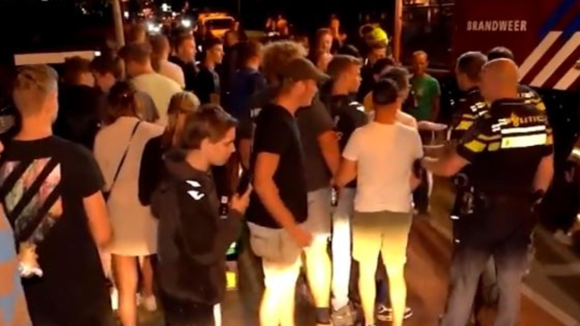 Mai multe persoane au protestat, în Olanda, față de sosirea unor afgani în țară. Captură video