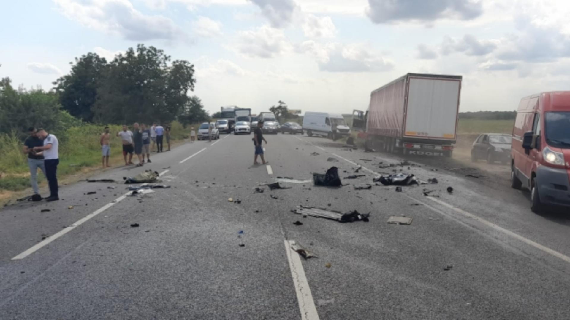 Resturile autoturismului s-au împrăștiat pe zeci de metri (foto: ISU Ialomița)
