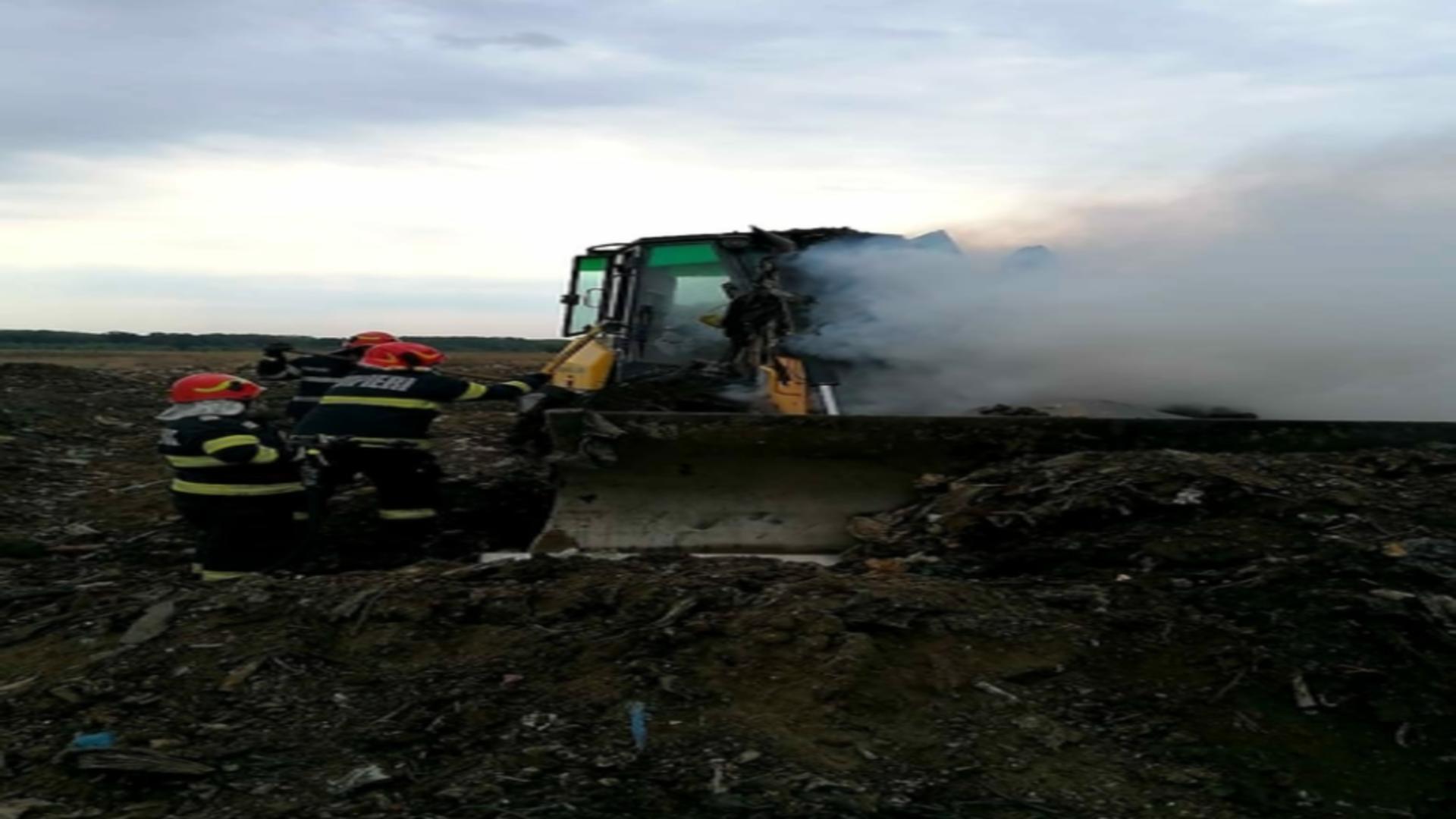 Un excavator a luat foc la ieșirea de pe șoseaua de centură