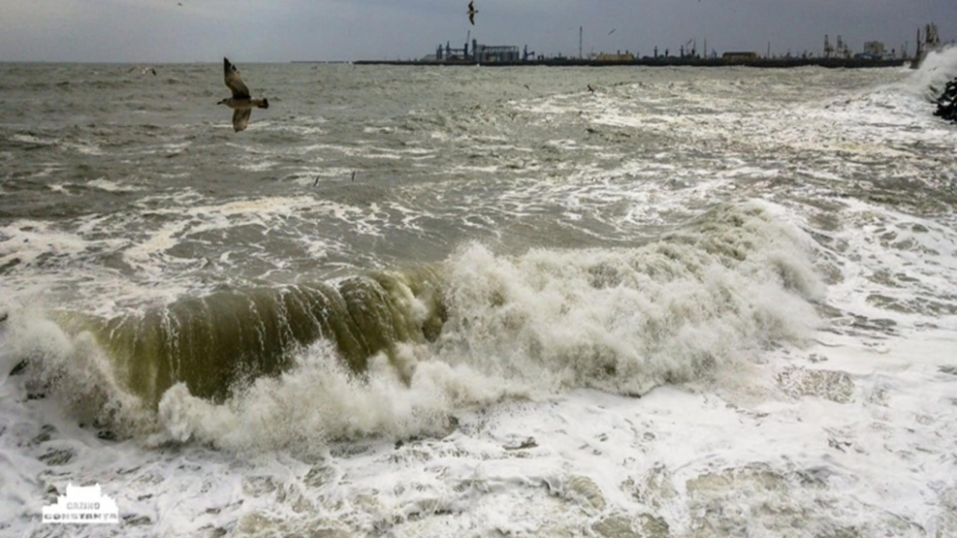 Furtuna la malul mării, porturi închise