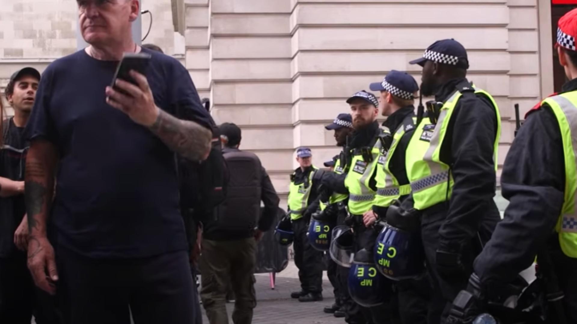 VIDEO Protest violent al antivacciniștilor, la Londra – Polițiști răniți, manifestanți arestați