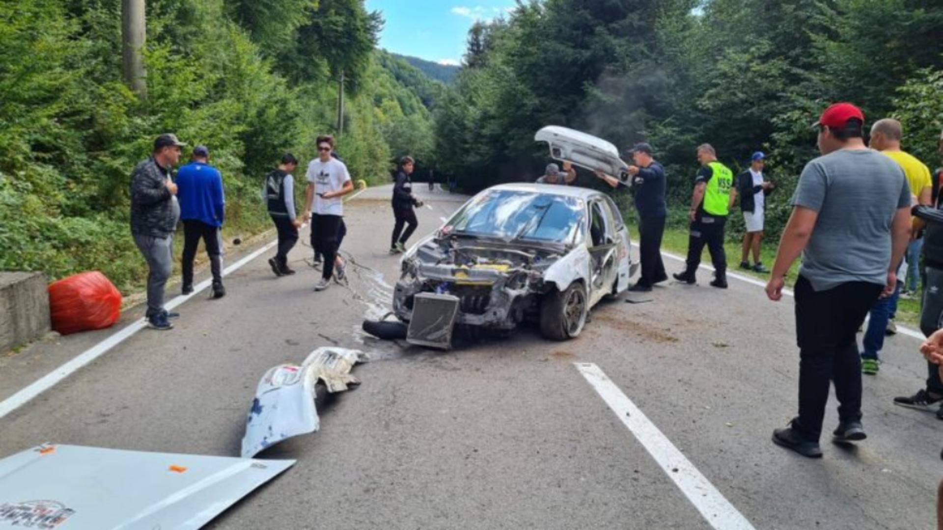 Mașina de raliu, în urma accidentului (foto: Ziarul din Muscel)