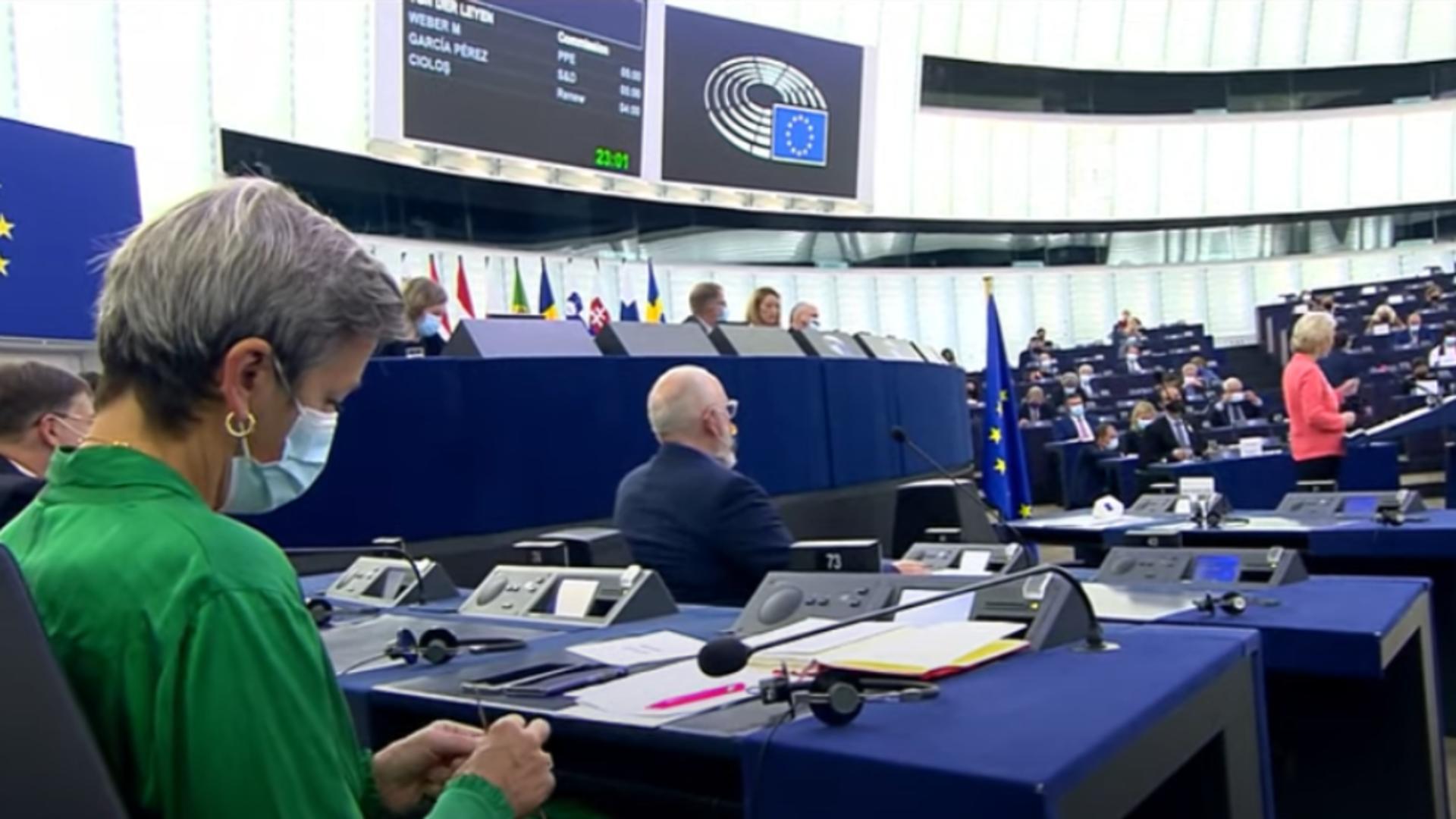 Comisar european tricotând în plenul PE / Captură video