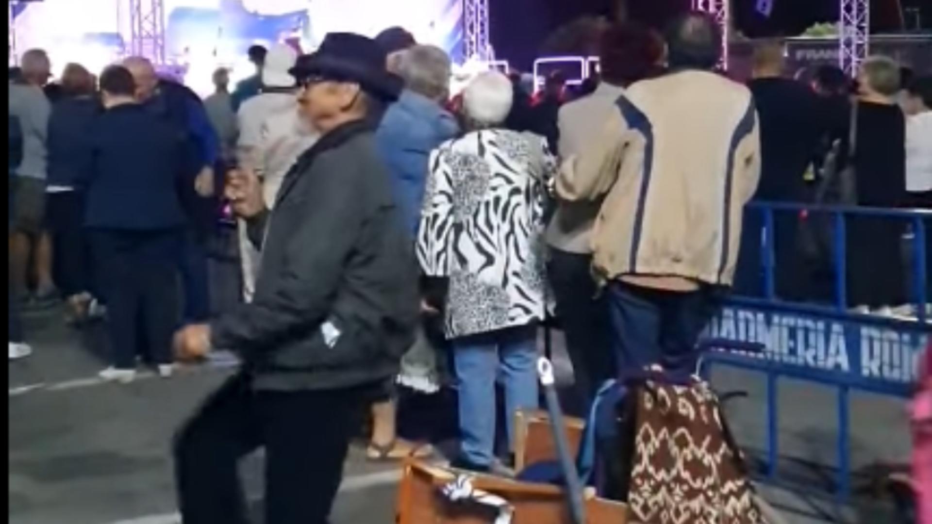 Bărbat în scaun cu rotile, se ridică și dansează / Captură video