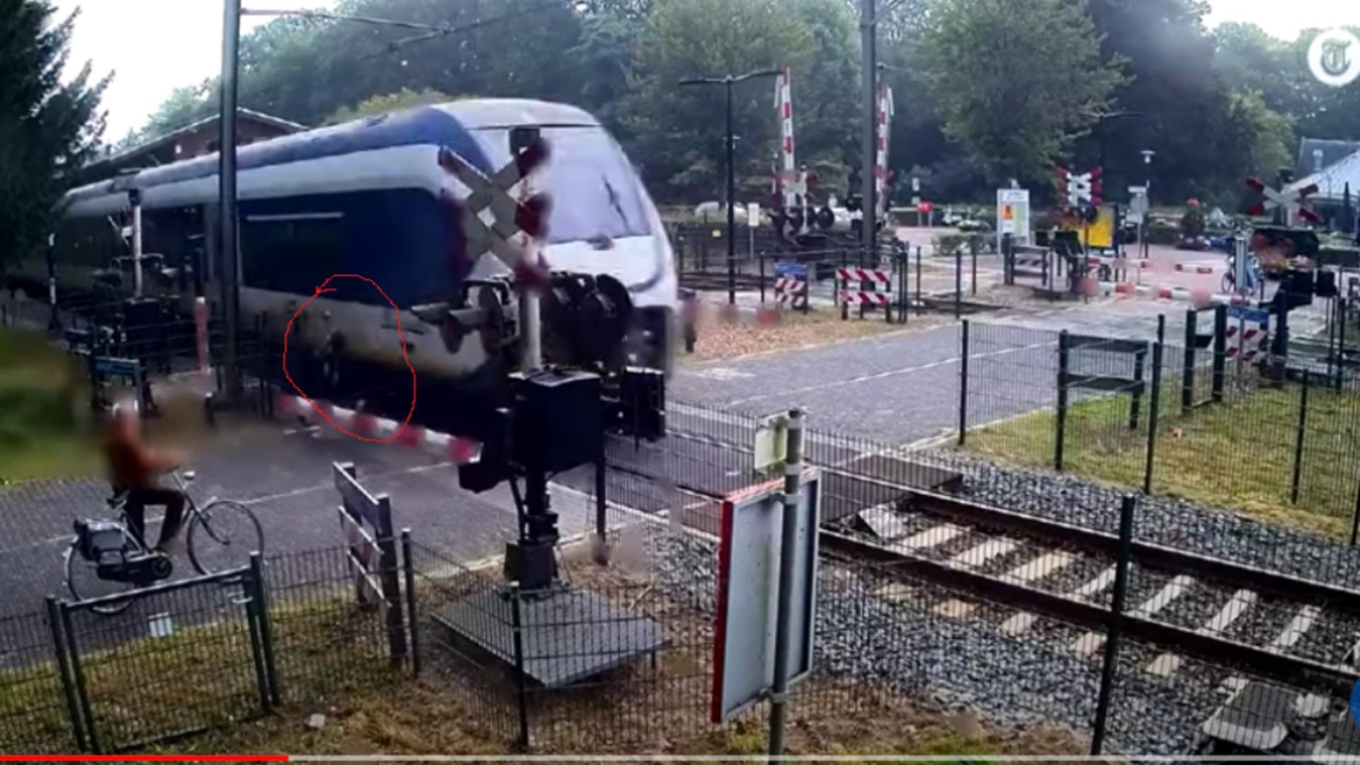 Femeie, la un pas să fie călcată de tren / Captură video