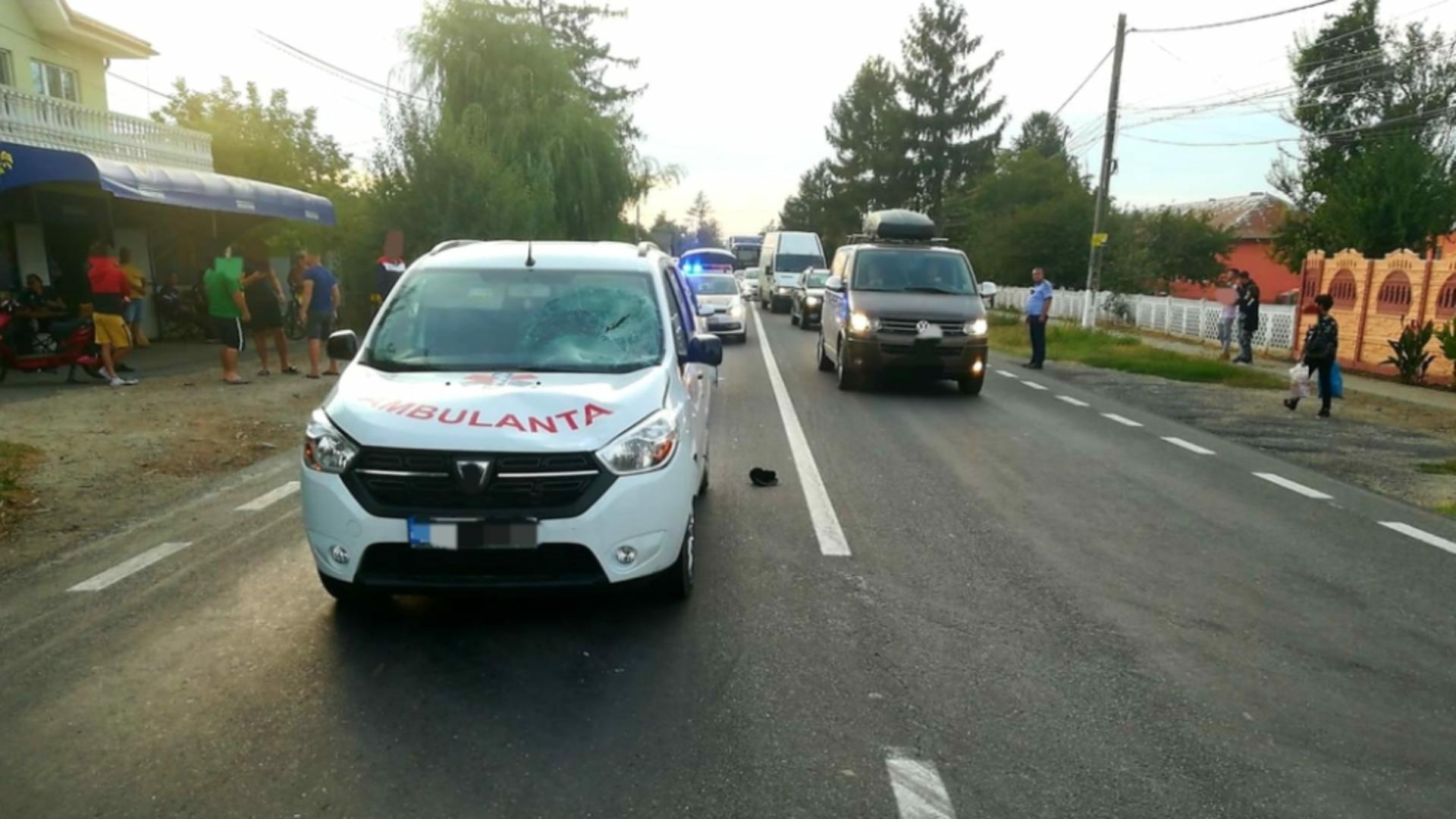 Pieton lovit de ambulanță pe DN2A
