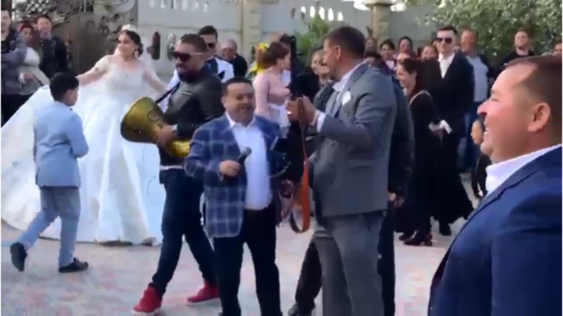 Adrian Minune în timpul nuntii cu pistoale