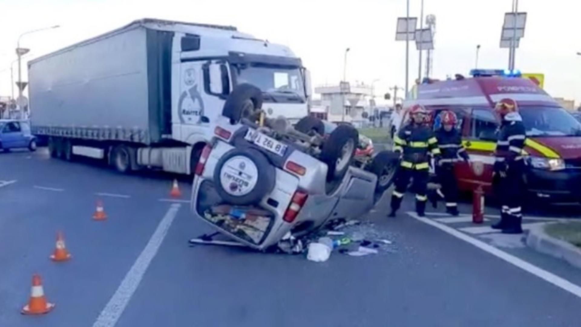 Mașină răsturnată după ce s-a izbit de un TIR, în Argeș