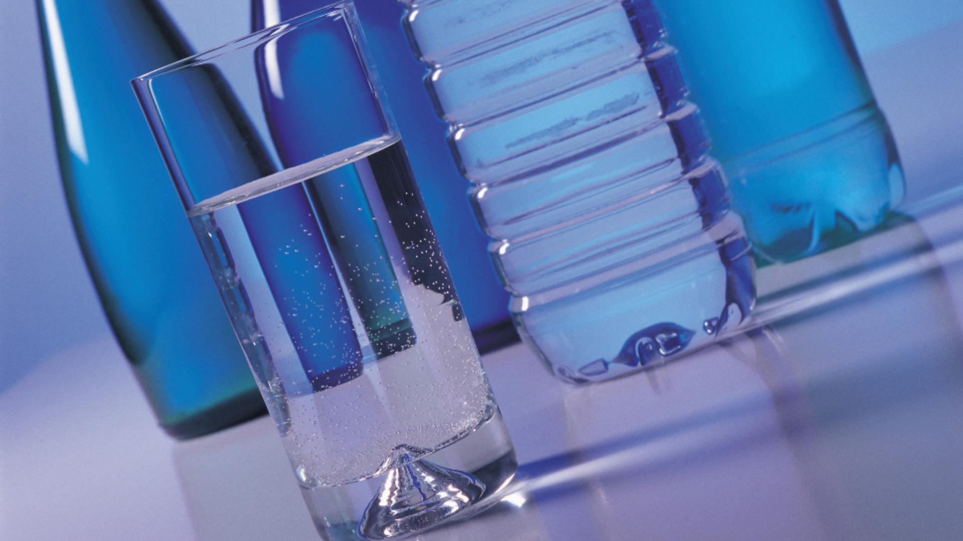 Apa la sticlă se va scumpi. Foto/Profimedia