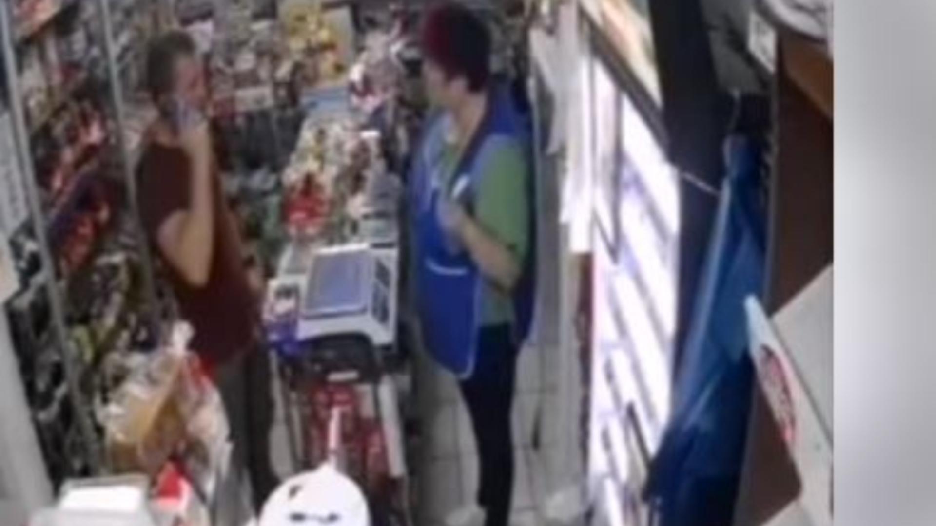 Momentul în care un bărbat a încercat să cumpere un pachet de ţigări cu o bancnotă falsă. Captură video