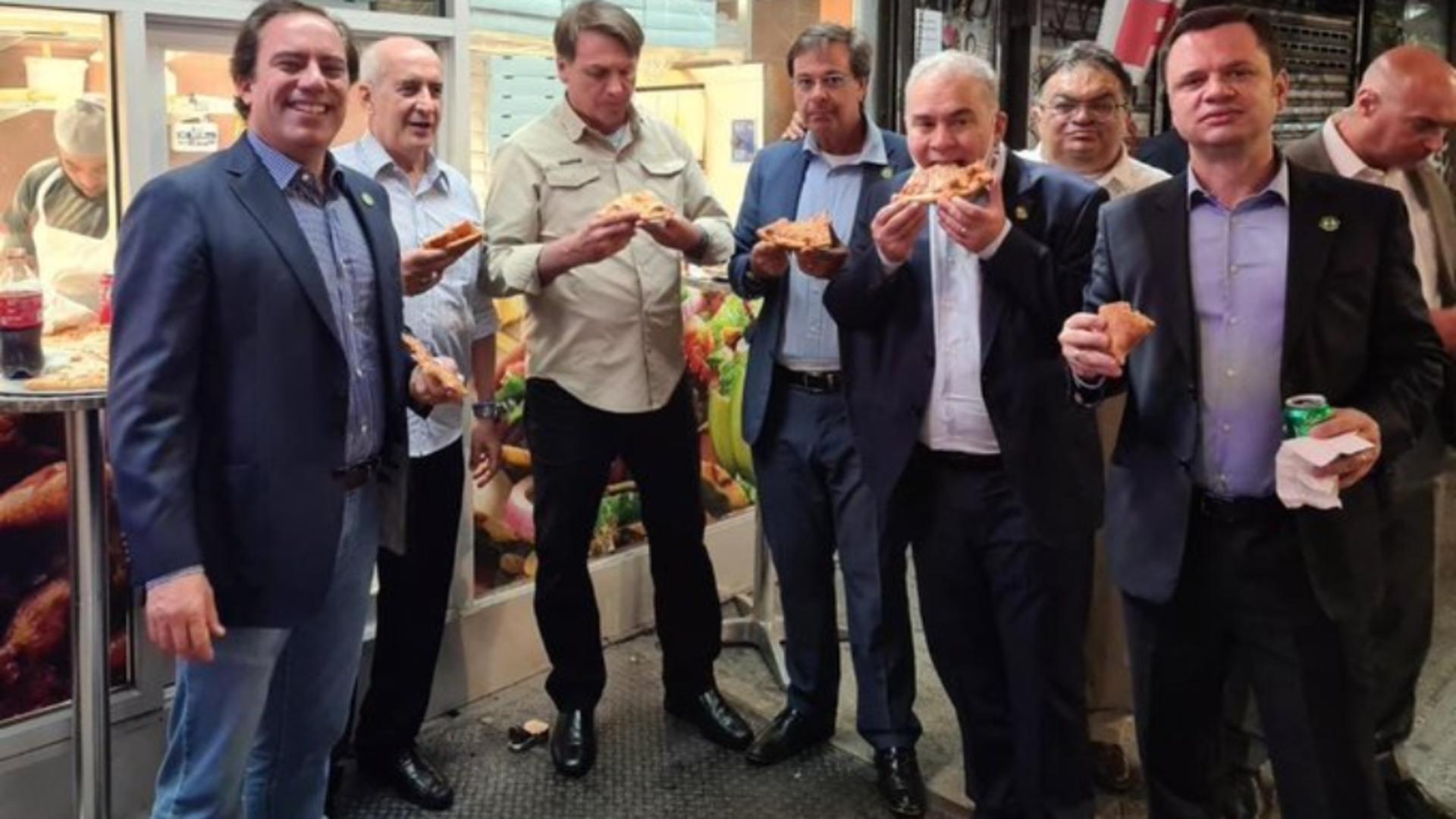 Președintele brazilian, obligat să mănânce pizza pe stradă, la New York... pentru că nu s-a vaccinat împotriva COVID-19