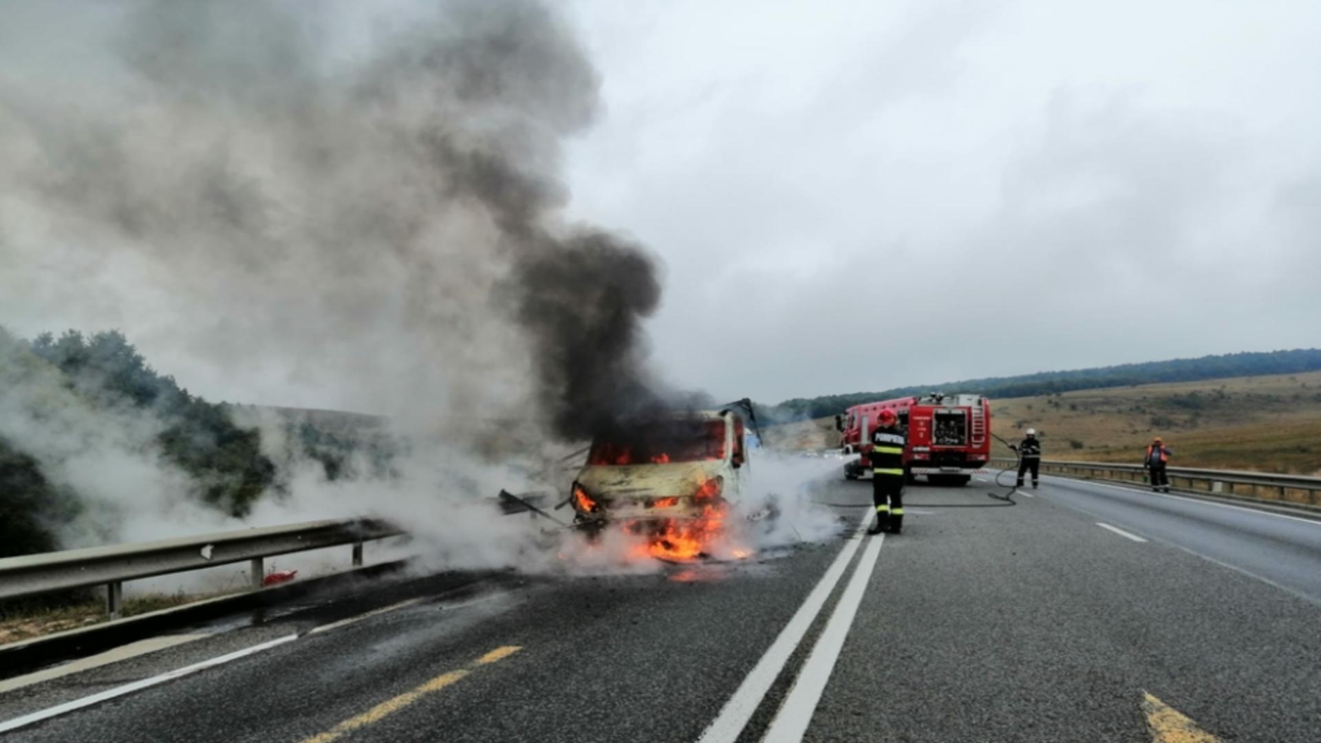 Autoutilitară în flăcări pe Varianta de Ocolire Cluj Est
