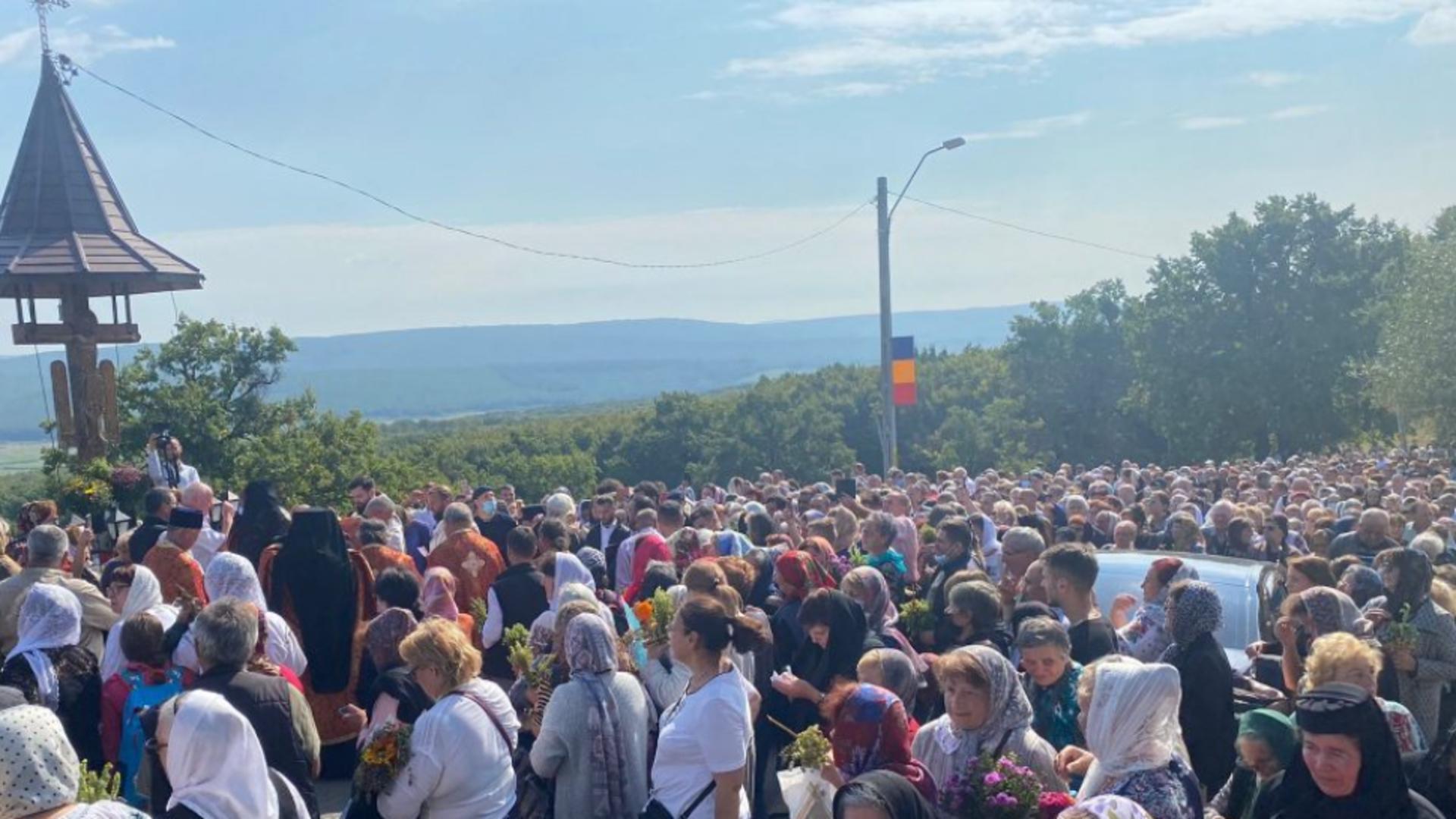SUTE de credincioși la Drumul Crucii - Calea Durerii lui Iisus Hristos, refăcută în Moldova