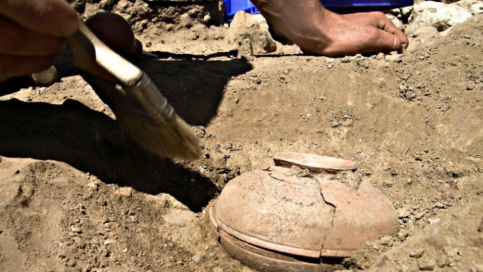 Au găsit o oală veche de 800 de ani. De necrezut ce a ieșit din pământ când au îngropat conținutul