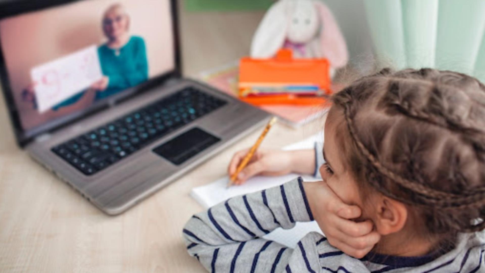 Elevii, părinții și profesorii NU răspund penal dacă înregistrează și distribuie orele din online