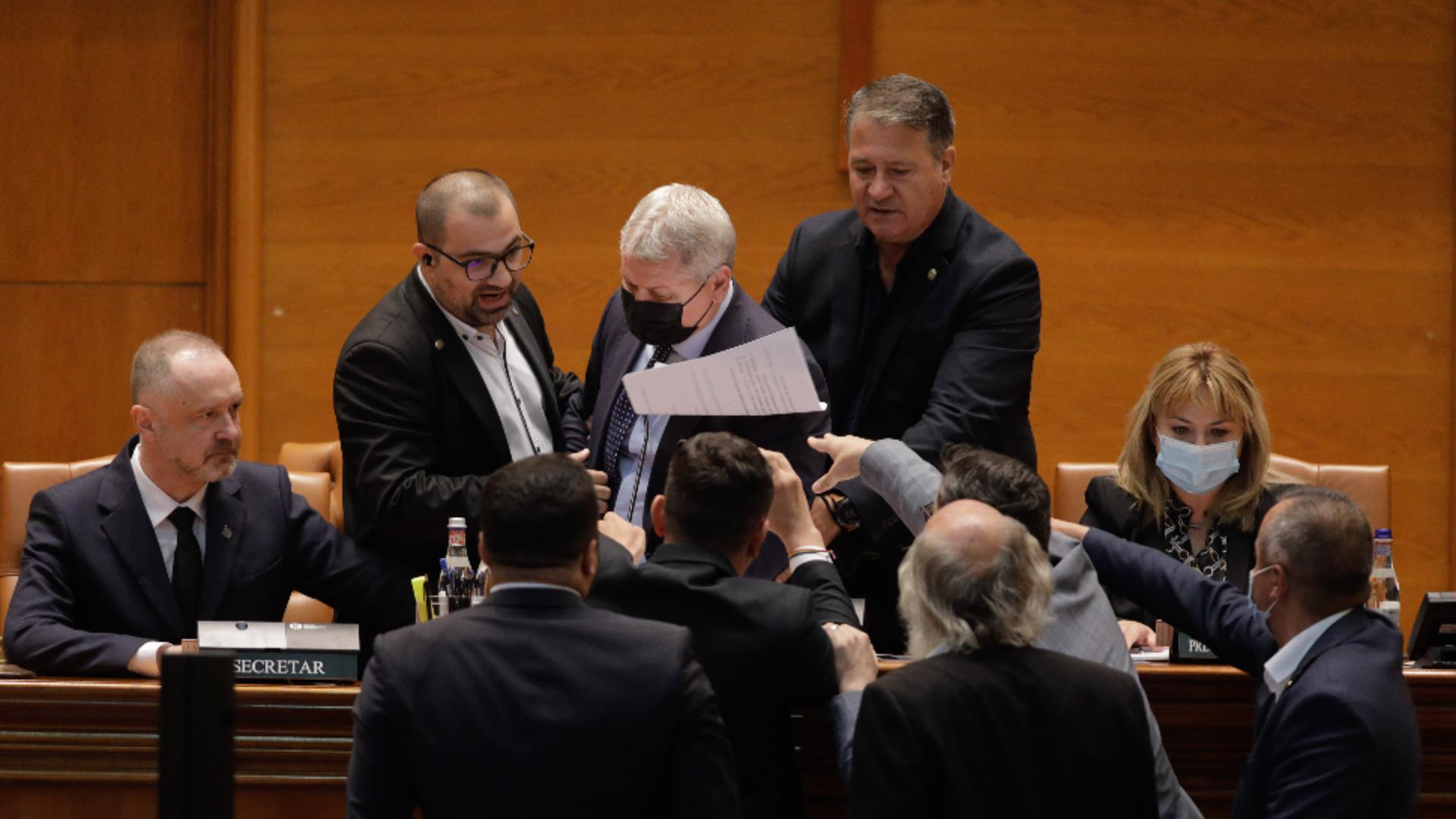 Scandalul din Parlament continuă pe moțiunea de cenzură Foto: INQUAM/George Călin