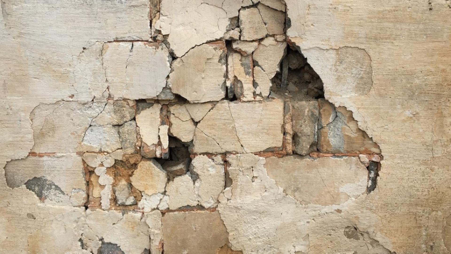 Când a dărâmat un perete, a îngheţat! Ce era în spatele acestuia