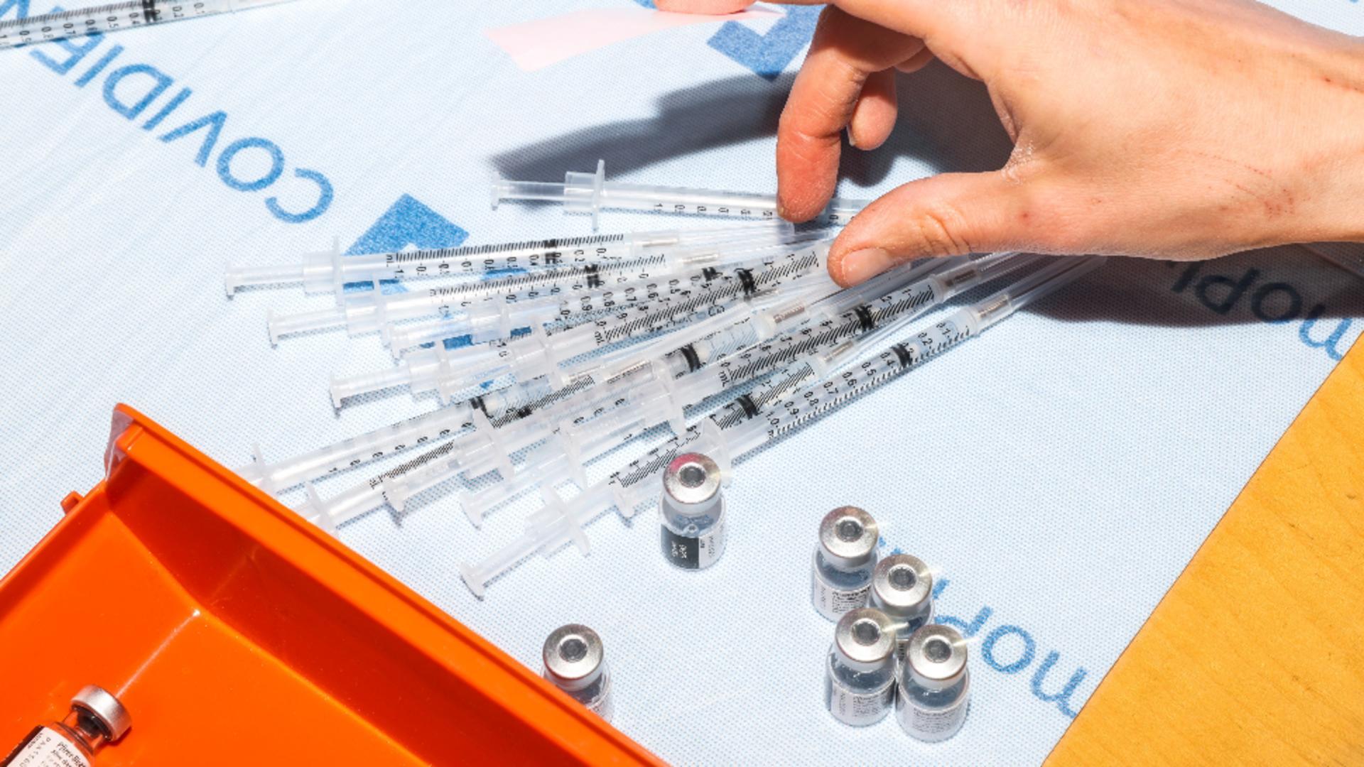 Doza a treia se va face cu vaccin de la Pfizer și Moderna. Foto/Profimedia