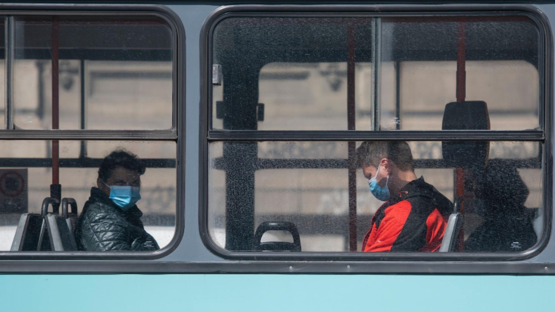 Oameni în autobuz, în Capitală / Profimedia