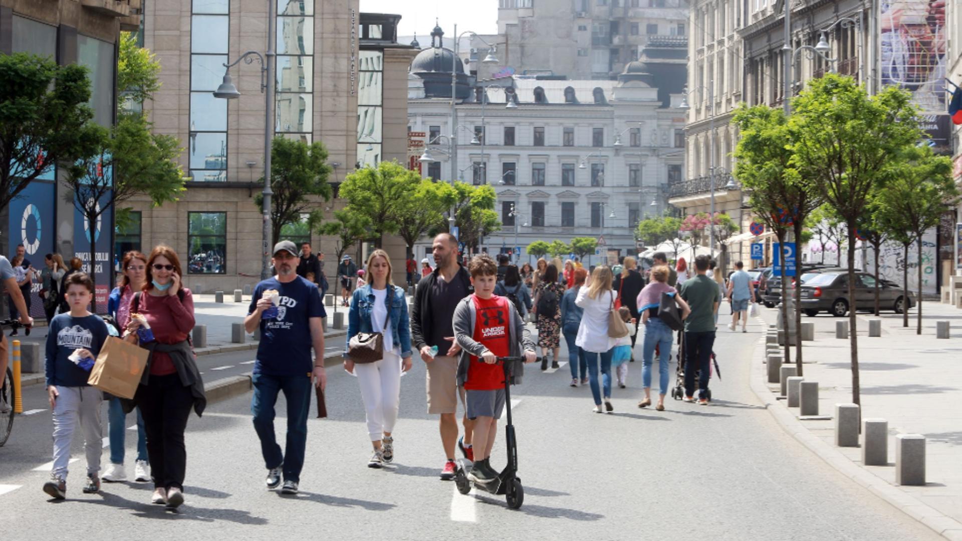 Bucureșteni pe Calea Victoriei / Foto: Profimedia