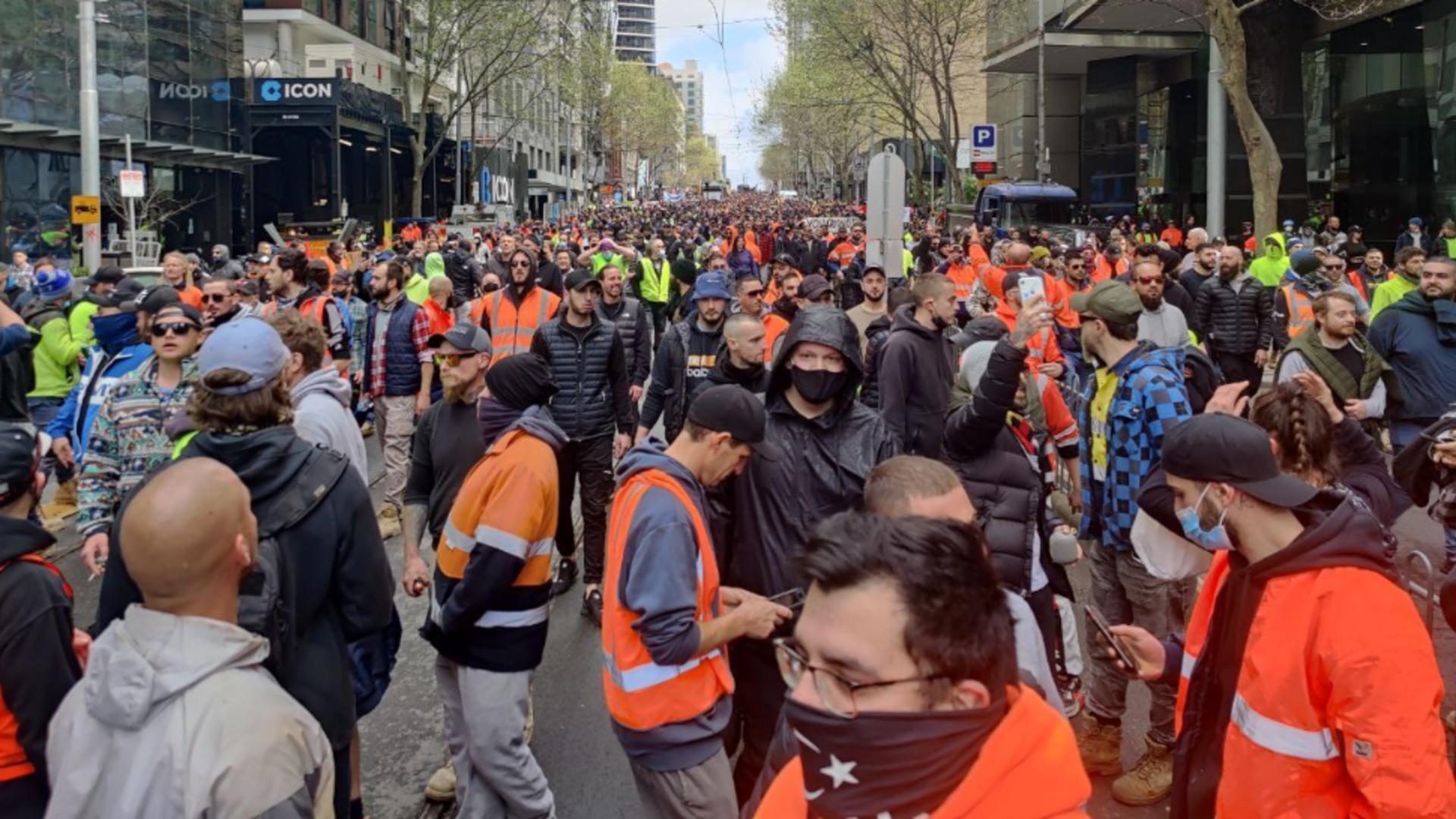 PROTESTE masive la Melbourne din cauza impunerii vaccinării obligatorii COVID-19 Foto: Twitter.com
