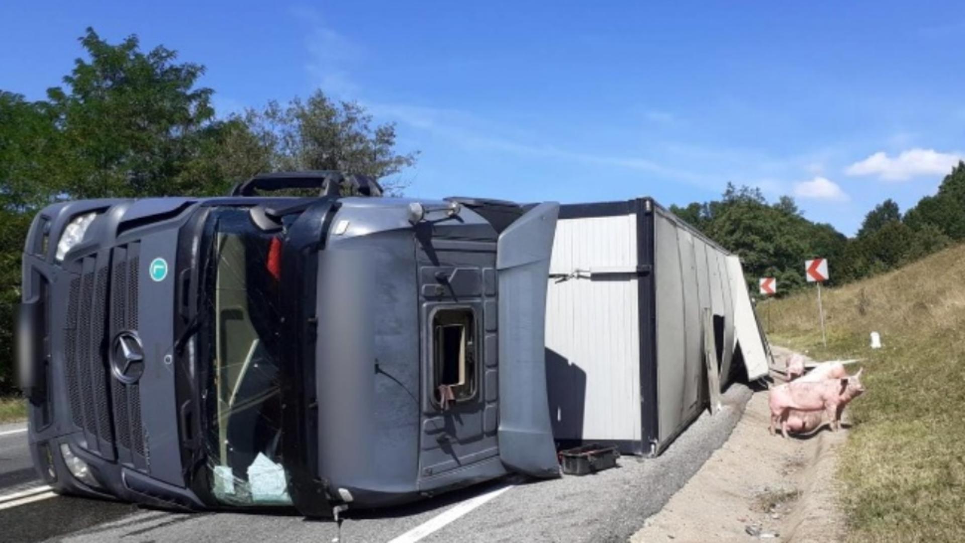 Foto arhivă. Șofer mort după ce a căzut cu TIR-ul într-o prăpastie de 20 de metri.
