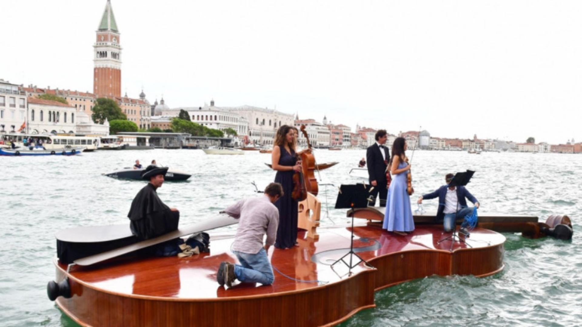 Omagiu adus victimelor Covid pe o barcă imensă în formă de vioară. FOTO: Profi Media