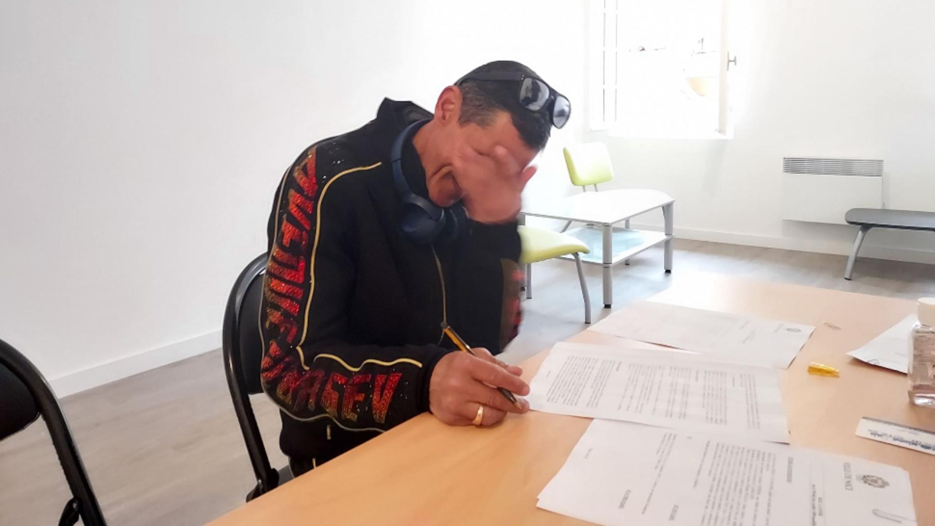 Un cerșetorul român plânge de bucurie după ce a primit o casa si un job. Sursa foto: Solidarité 06