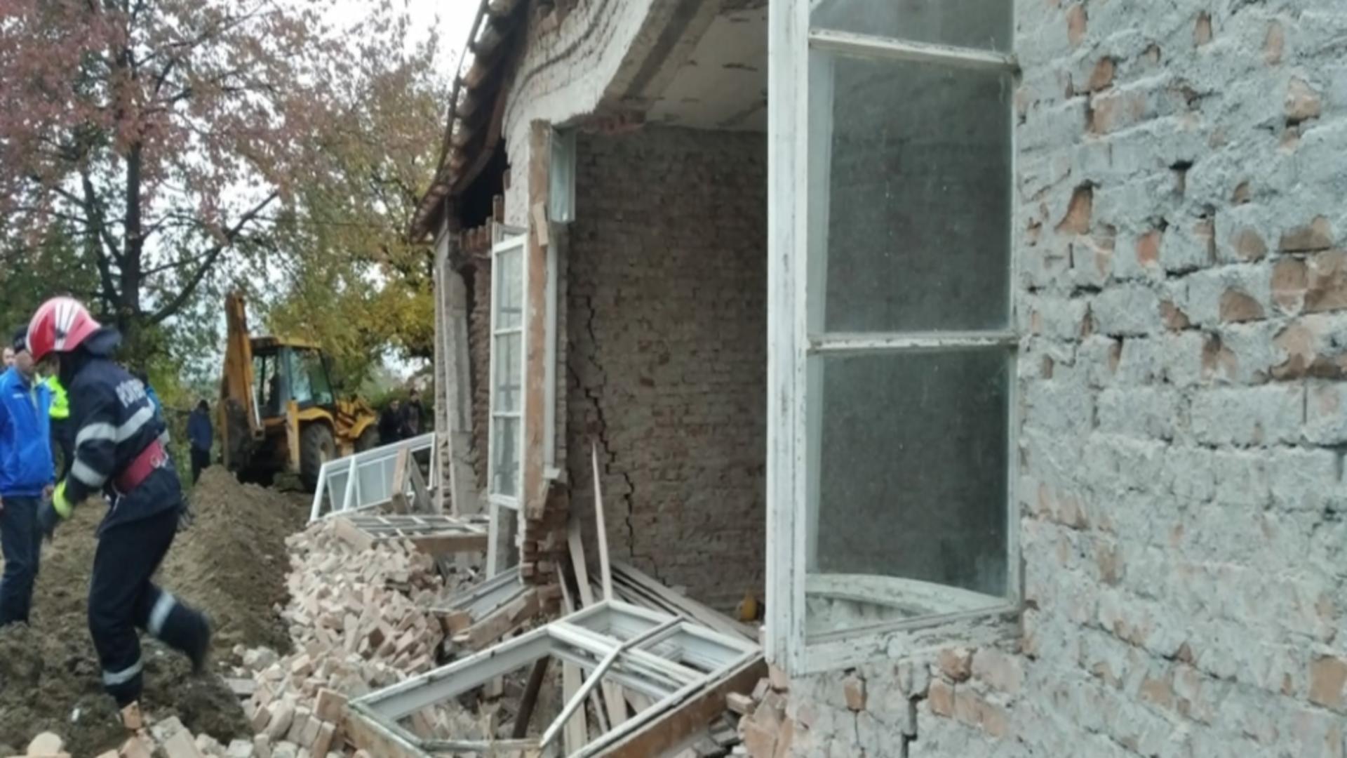Perete prăbușit în județul Bacău: Un mort și o persoană dispărută