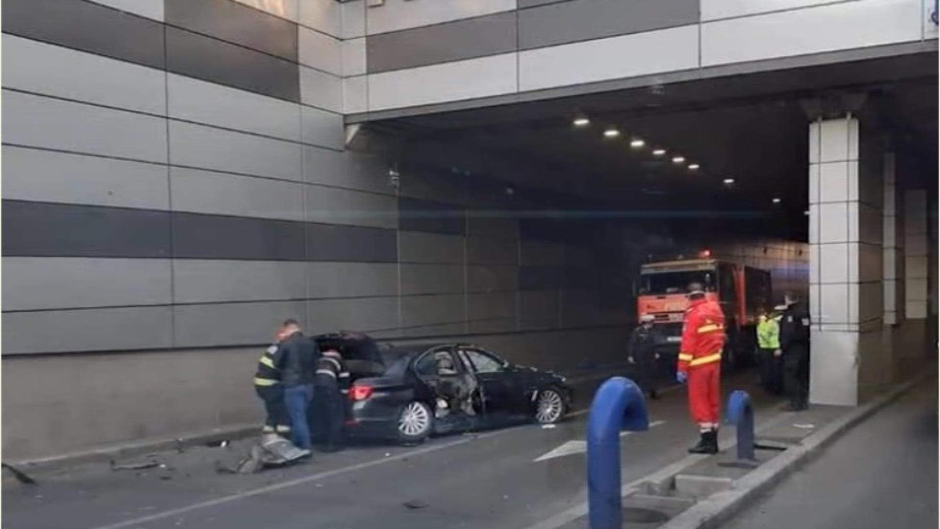 Accident grav într-un pasaj din Capitală: Femeia care se afla la volanul mașinii distruse a rămas inconștientă zeci de minute