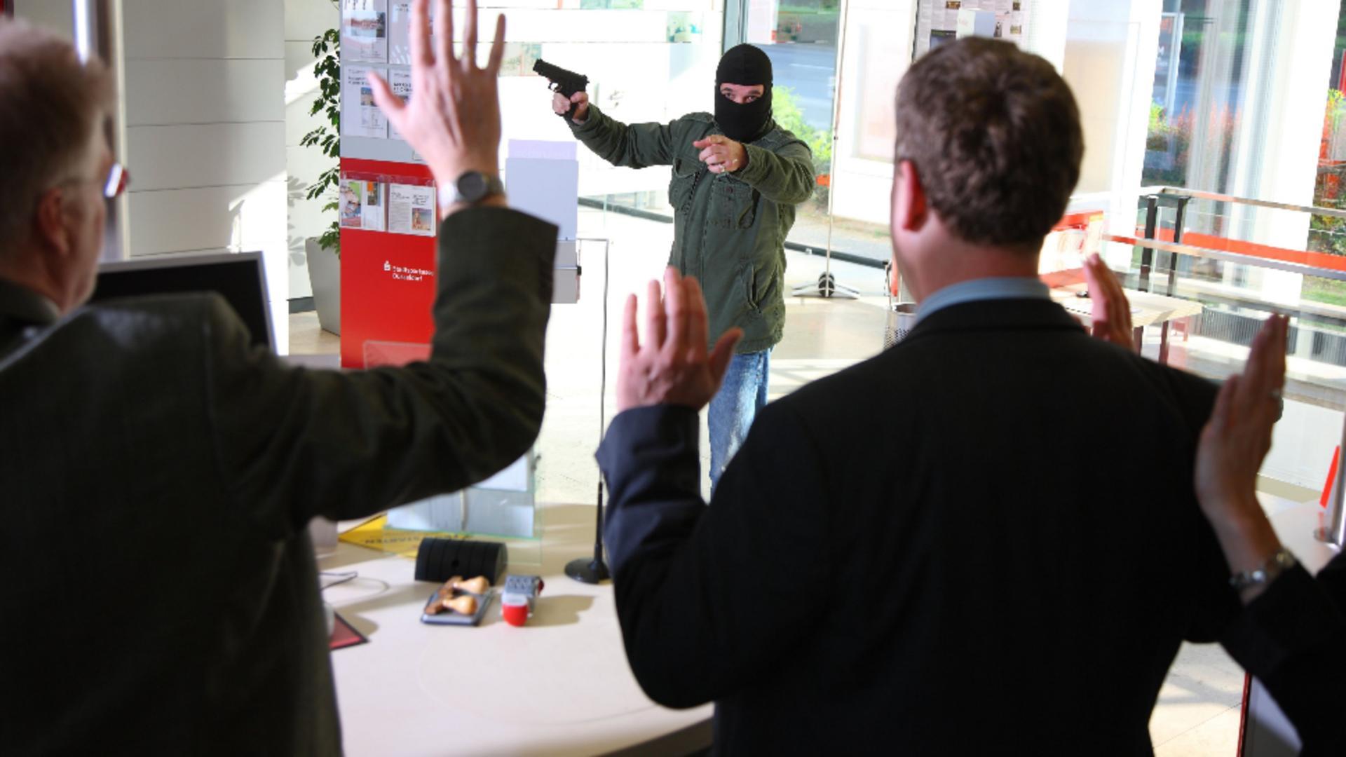 Poliția nu a reușit să-l prindă pe hoțul din banca de la Brăila. Foto/Profimedia