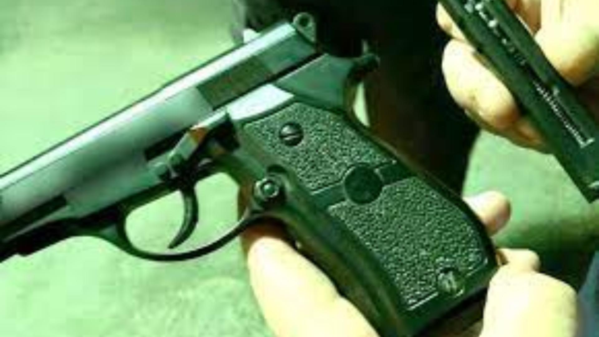 Cercetat în libertate, după ce a descărcat un pistol cu bile în capul unui șofer