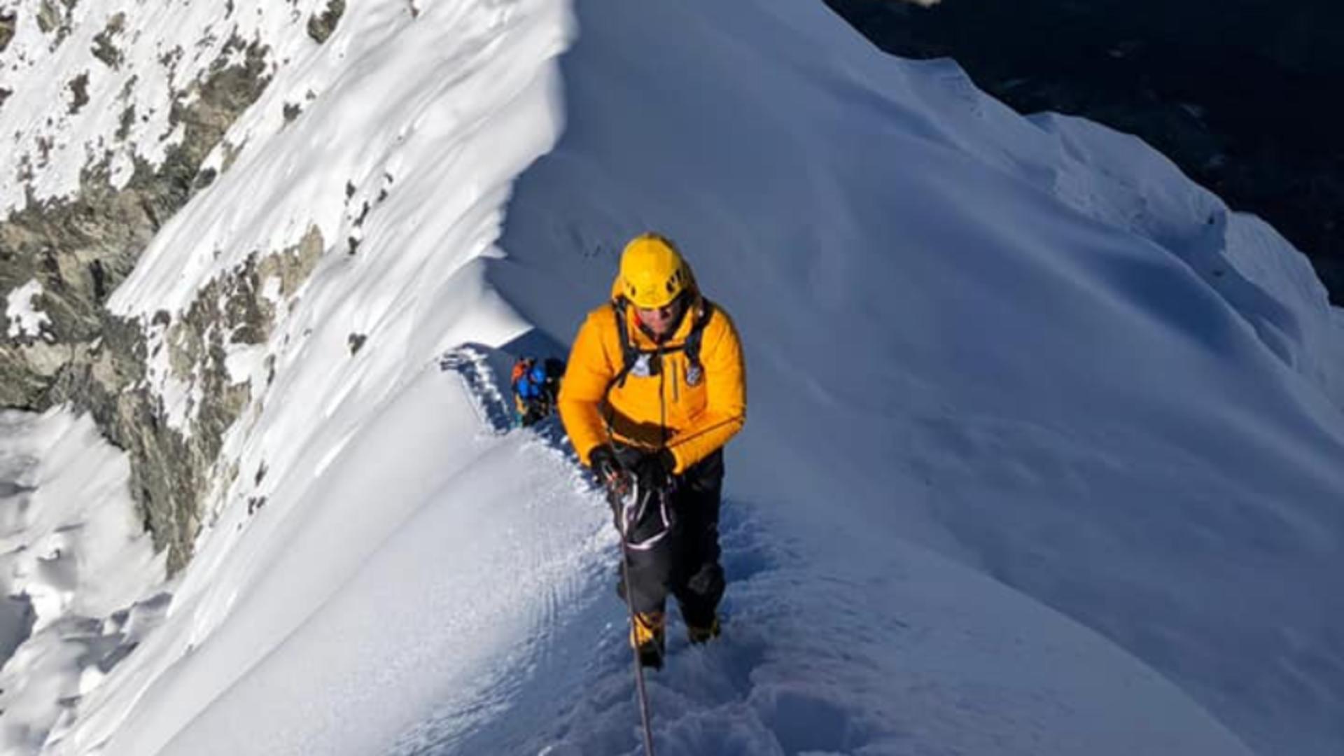 Un poliţist din Brad a cucerit vârful Island Peak, din Munţii Himalaya Foto: Facebook.com
