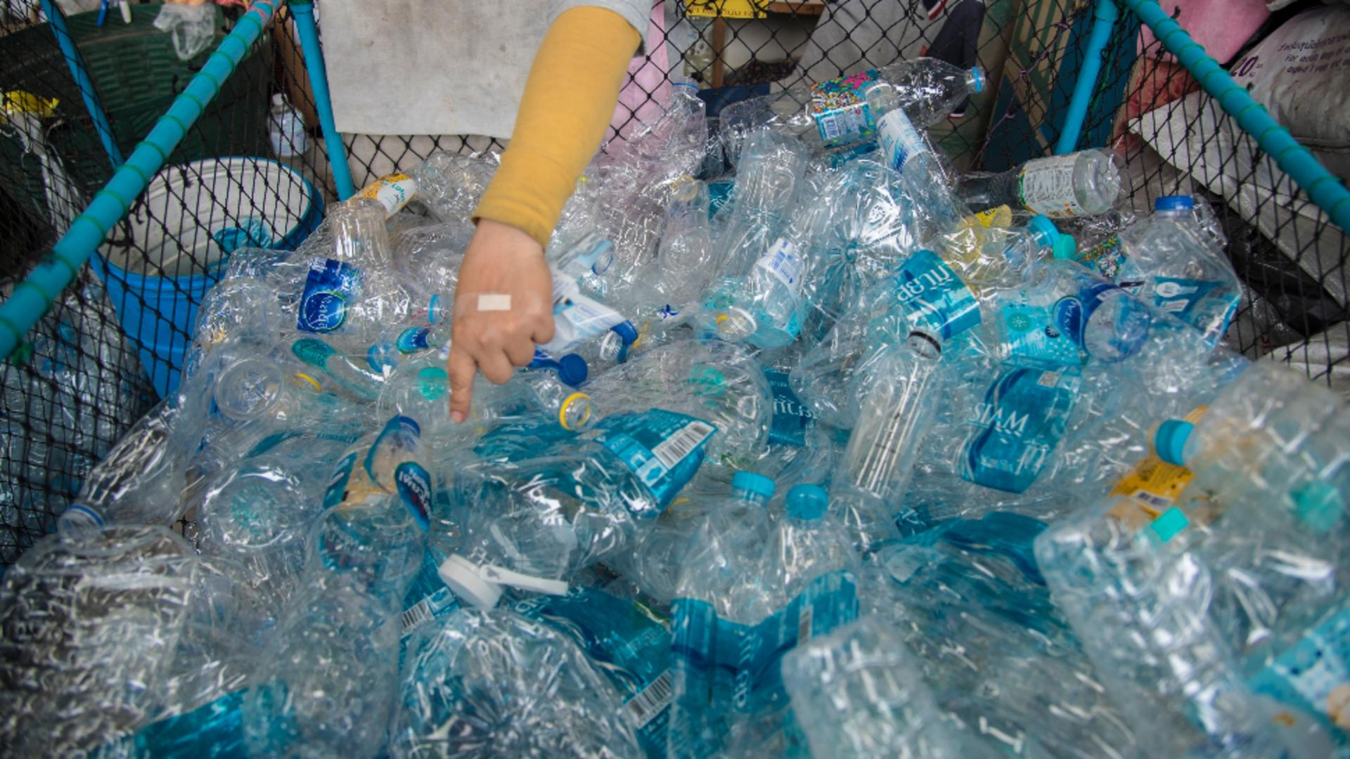 Românii primesc 50 de bani pentru fiecare ambalaj de băutură returnat / Foto: Profi Media